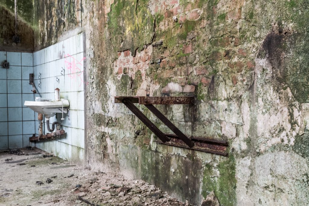 Skulptur, Metall auf Beton